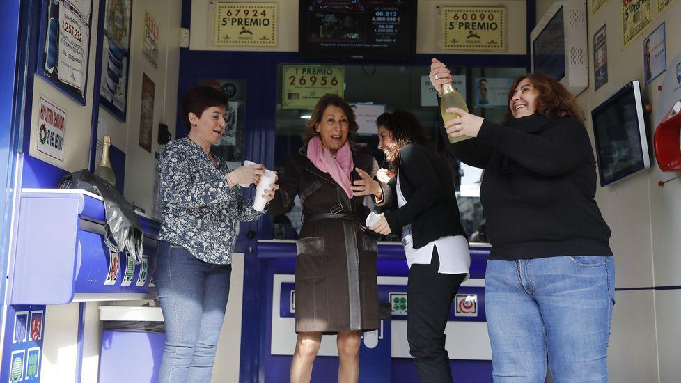 Empleadas de la Administración de Lotería de la Puerta del Sol, 12, de Madrid, celebran que han repartido el segundo premio