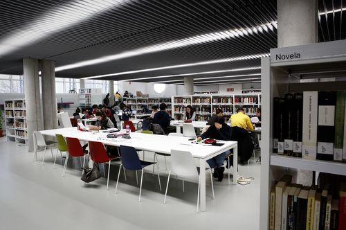 Biblioteca Pública de Ourense.Las diferentes secciones se reparten por las dos plantas superiores, en la baja se encuentra la infantil.