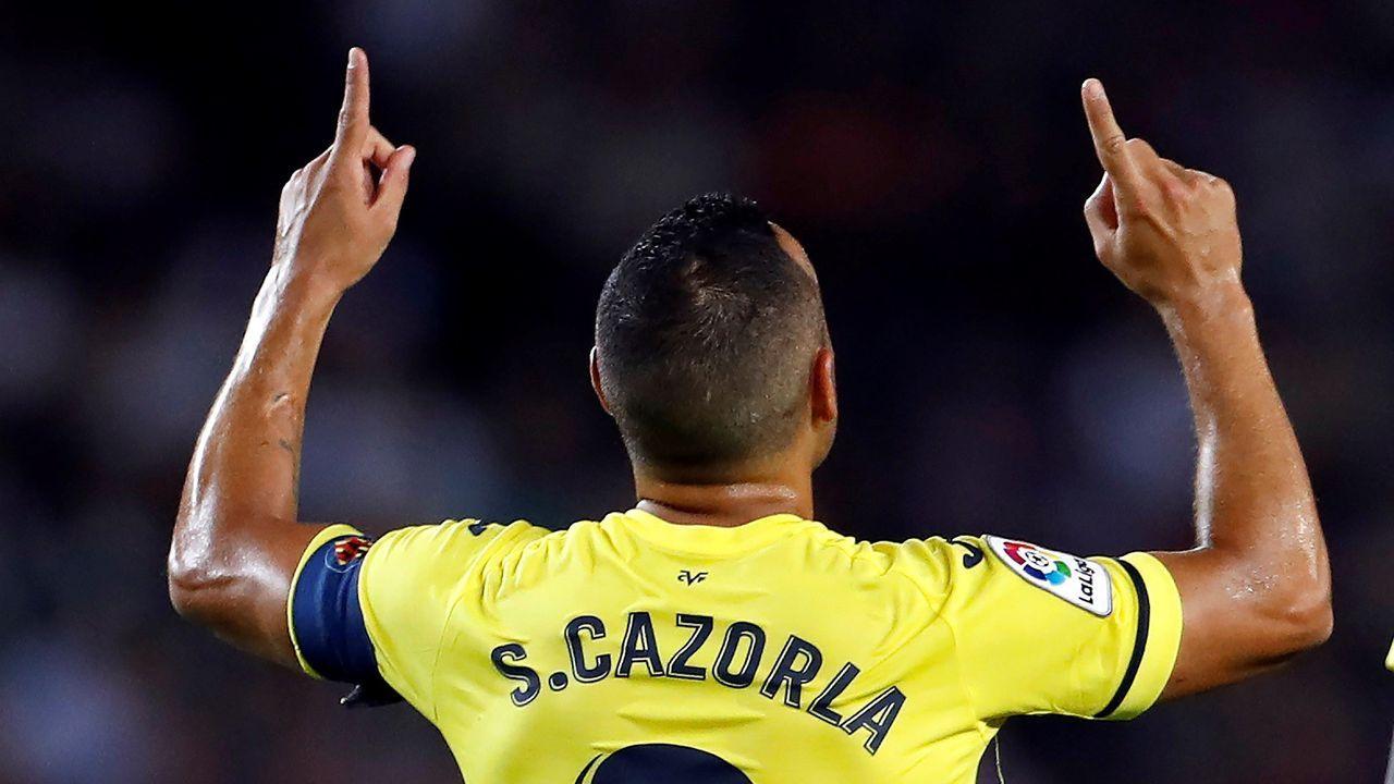 El centrocampista español del Villareal CF Santi Cazorla celebra su gol durante el partido ante el FC Barcelona,