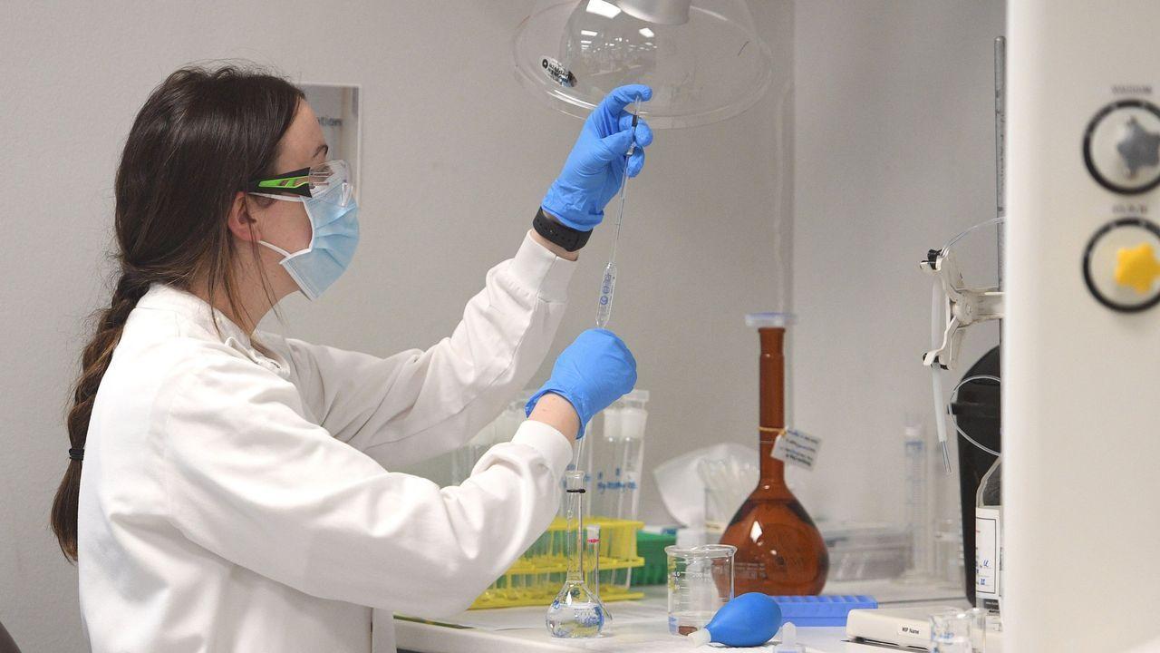 Vista general de un químico analítico en la sede de AstraZeneca en Sydney, Australia