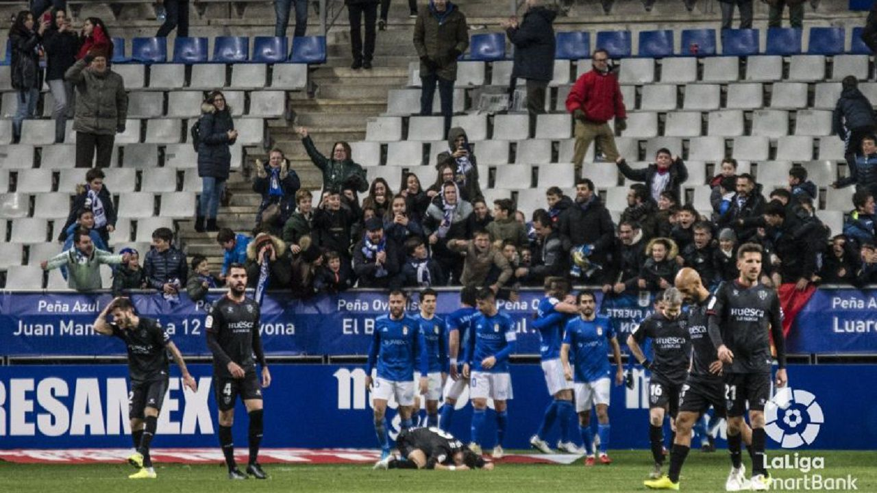 Los futbolistas del Real Oviedo celebran el gol de Ibra