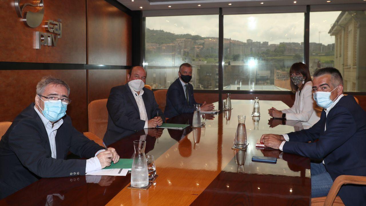 Urkullu y Mendía, al fondo de la imagen, presidieron la reunión