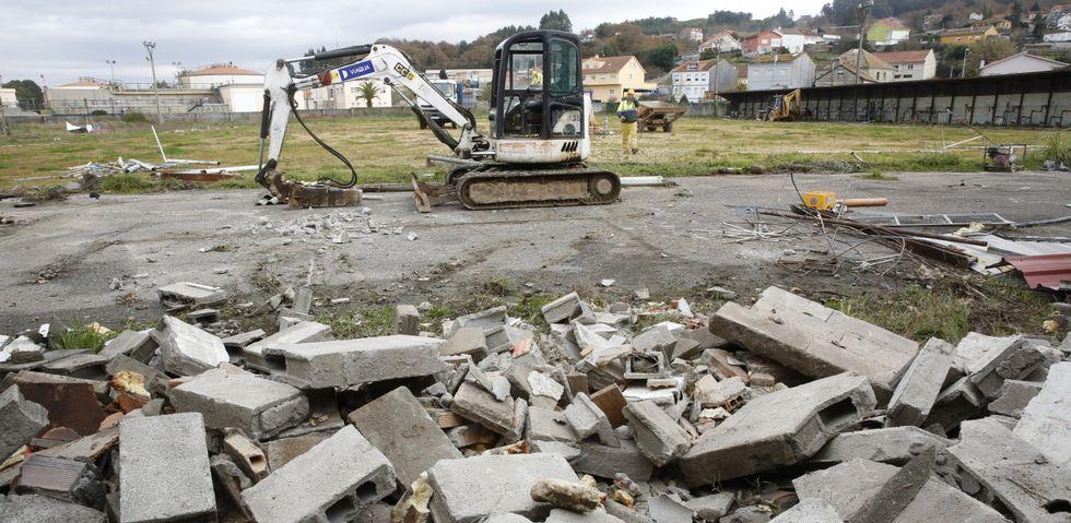 Un incendio arrasa un edificio del casco histórico de Pontevedra.Un pala excavadora accedió ayer a los terrenos del campo de fútbol para proceder a la demolición del muro y de las casetas.
