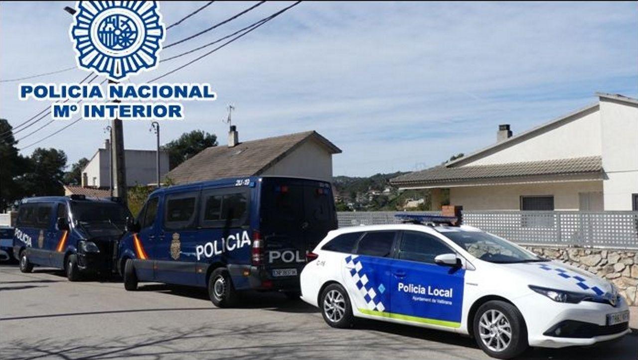 Agentes de la Policía en Vallirana (Barcelona)