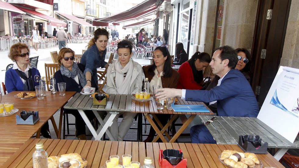 En Vilagarcía el actual alcalde, el popular Tomás Fole, invita a desayunar a unas mujeres