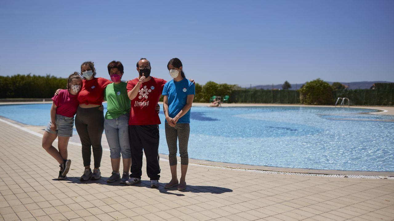 Más de 300 gaiteiros en la cumbre de Manzaneda.Los jóvenes de Limisi se encargan de diferentes tareas en la piscina municipal