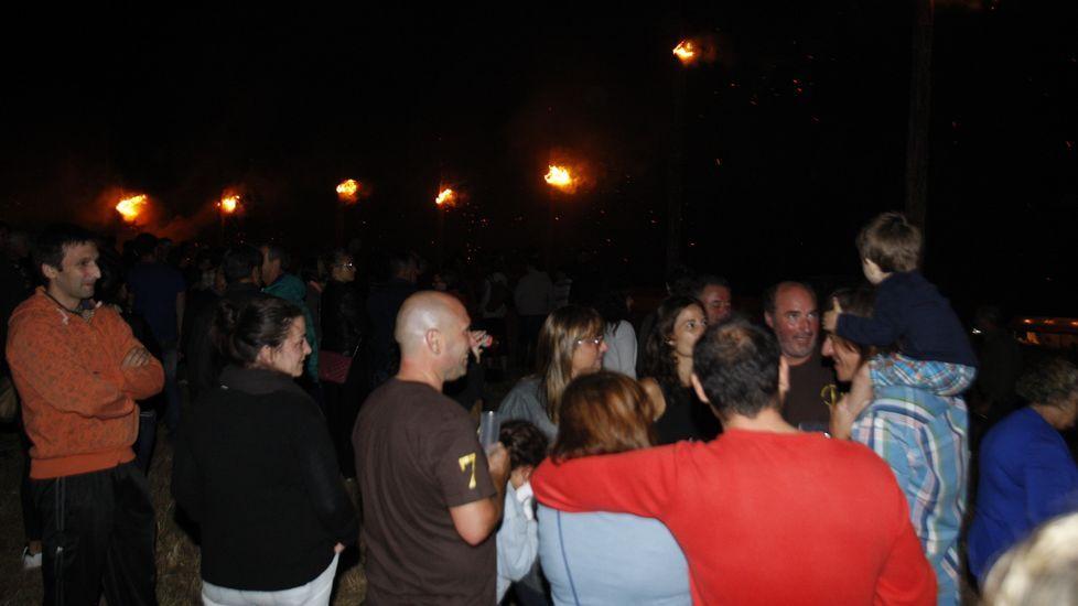 Numerosos vecinos de Castelo y visitantes subieron al castro a las once de la noche para presenciar la quema
