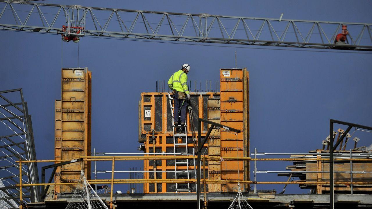 hoteles, maletas, turistas, Asturias.Las grúas para la construcción de nuevos bloques de pisos vuelven a verse en las ciudades