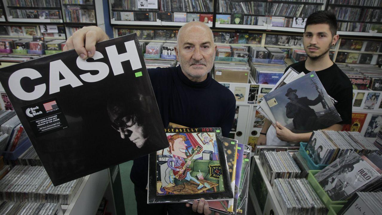 Miguel muestra parte de la colección de revistas, entradas y objetos relacionados con Springsteen.