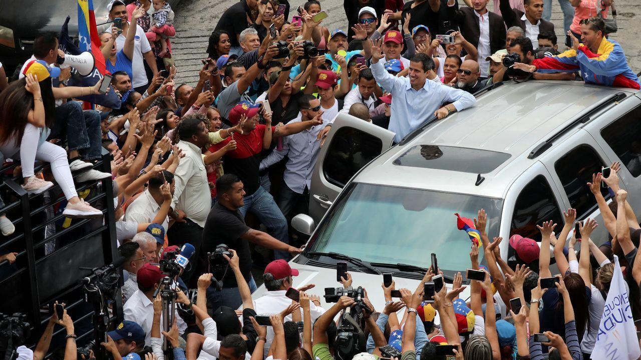 - Un grupo de personas protesta por la falta de agua potable y electricidad, en la Avenida Baralt, en el centro de Caracas