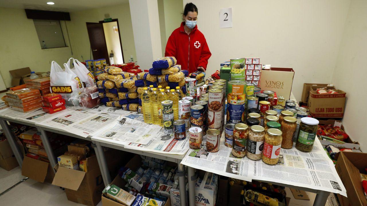 Carolina Herrera contra el covid-19.Sara Vizoso, trabajadora social, en el almacén de alimentos de Cruz Roja en Viveiro