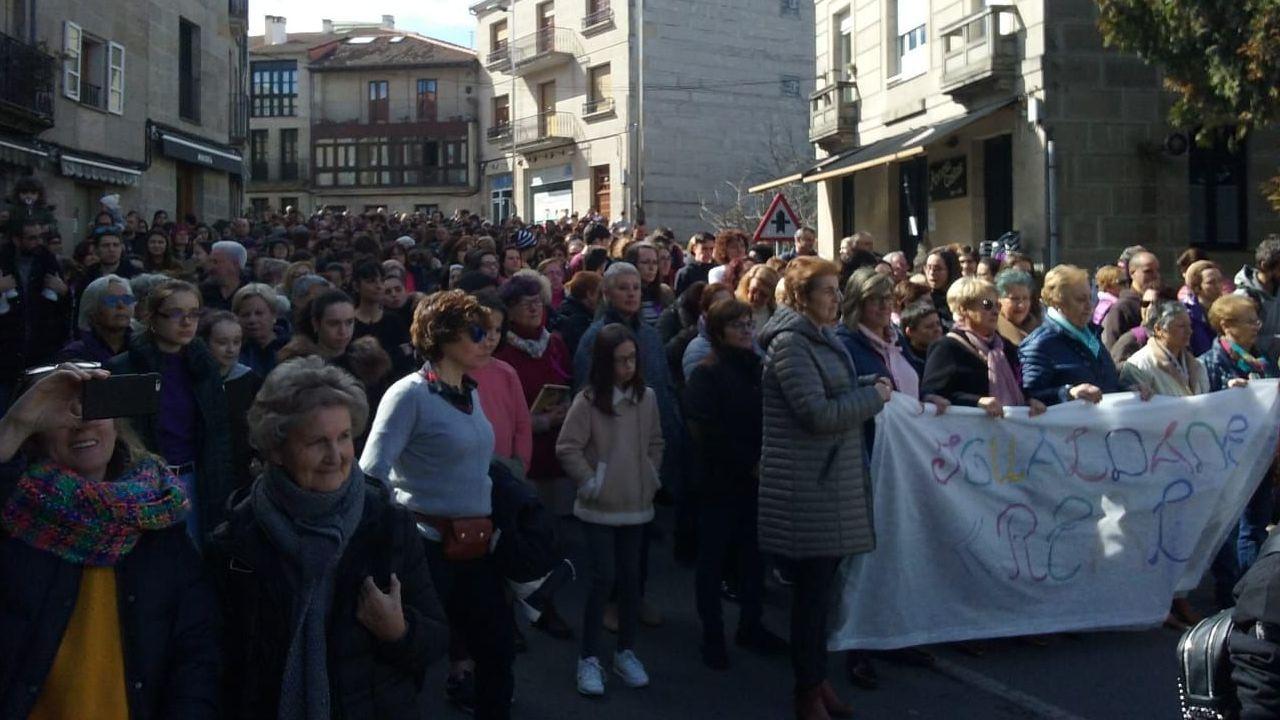 Manifestación del 8M en Allariz.Escolares y adultos salieron a manifestarse en el día de la mujer
