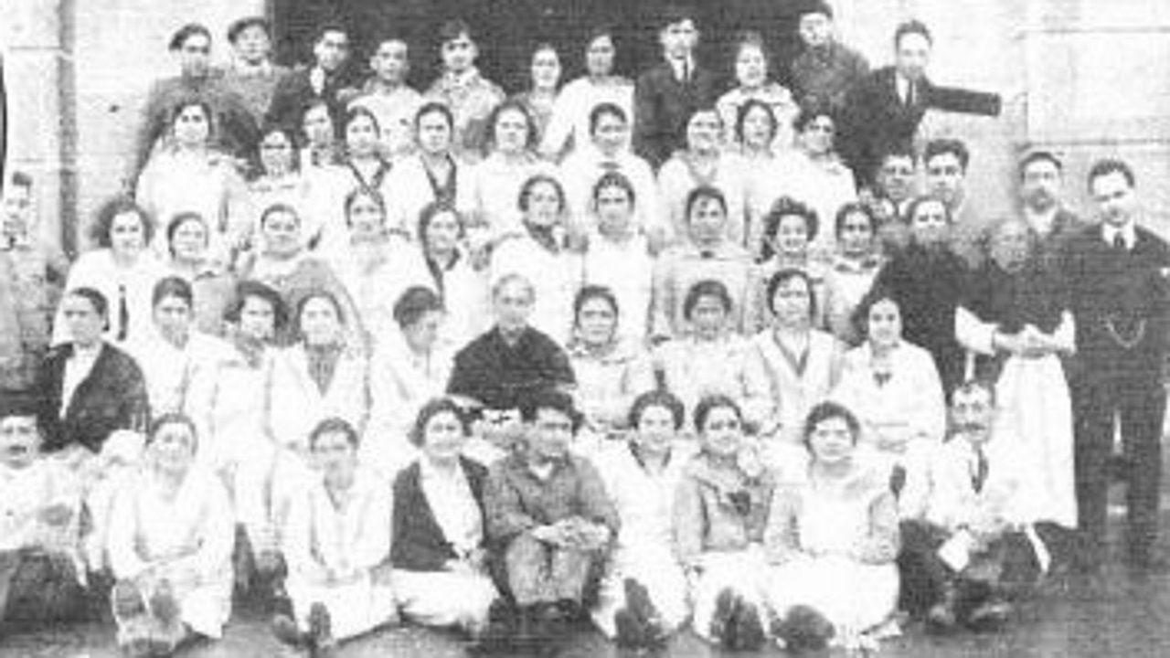 Cigarreiras da Fábrica de Tabacos da Coruña despois de ser agraciadas co cuarto premio do sorteo de lotería de Nadal en 1925
