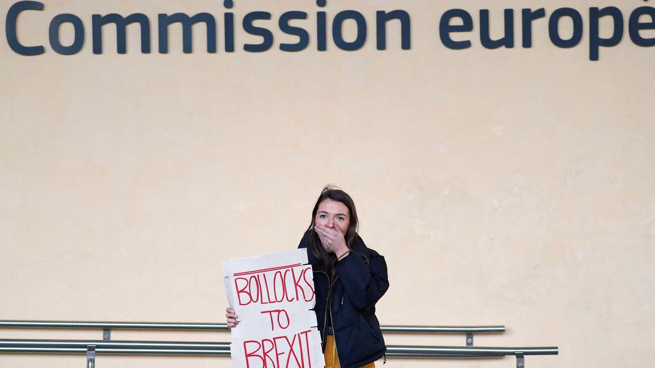 Un manifestante británico sostiene un letrero antes de una reunión entre los líderes del Sinn Fein y el Negociador del Brexit de la Unión Europea, Michel Barnier, sede de la Comisión en Bruselas