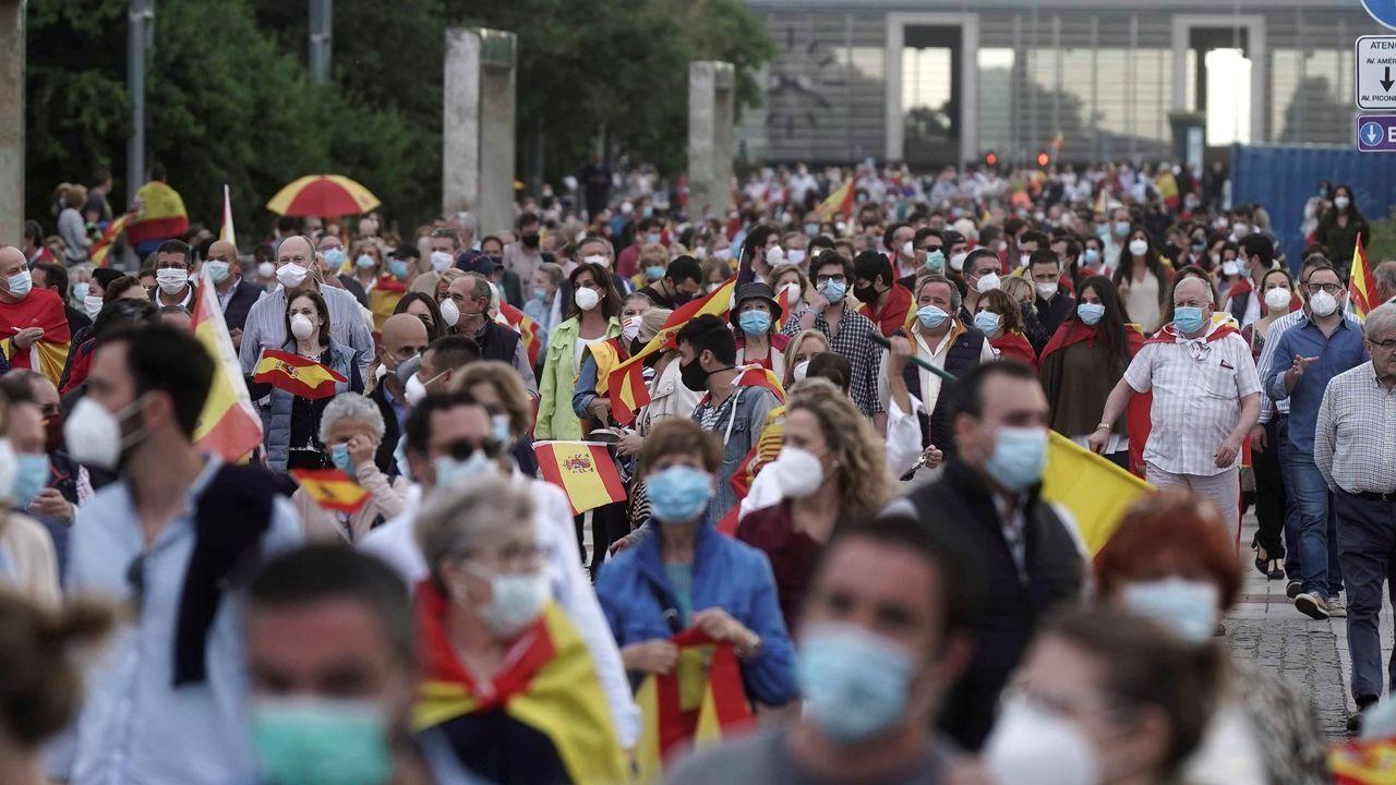 Varios miles de personas se han concentrado a lo largo de esta tarde noche en el centro de Córdoba para protestar contra el Gobierno de la nación a través de redes sociales y de los grupos de WhatsApp bajo el lema «?En Córdoba vamos a pasear por la libertad de España»