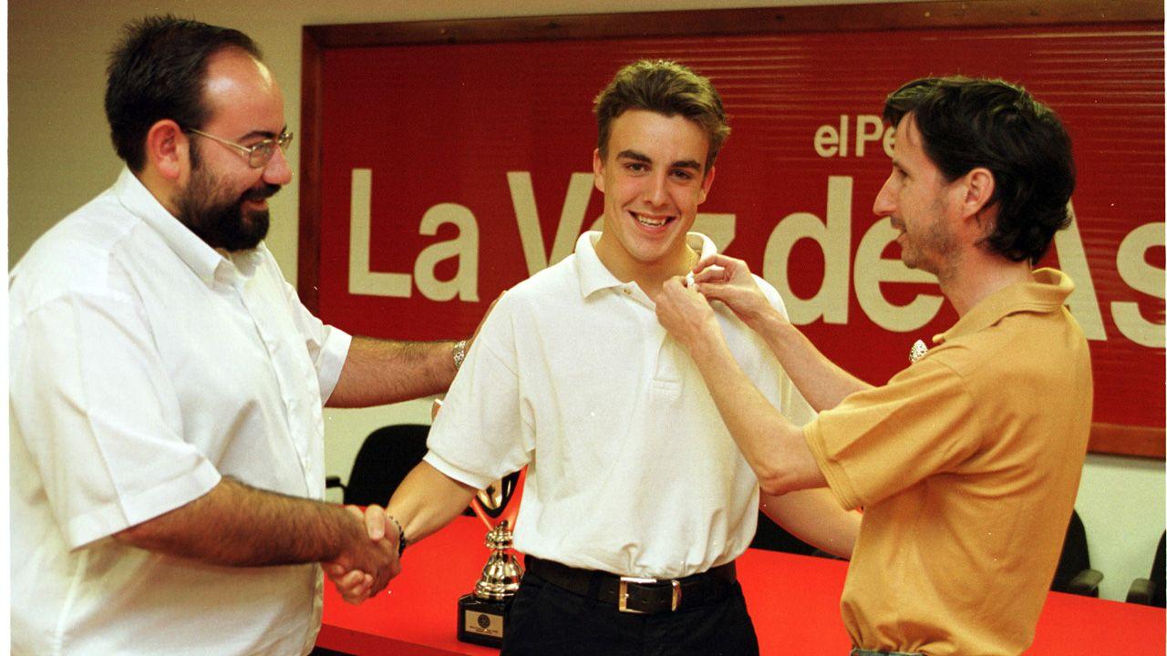 Un grupo de pasajeros consulta los vuelos en el Aeropuerto de Asturias.Fernando Alonso, en el año 2000, cuando recibió la insignia de plata de La Voz de Asturias