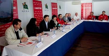 Deportistas y autoridades presentaron ayer en el Náutico de Sanxenxo el Desafío Mapfre.