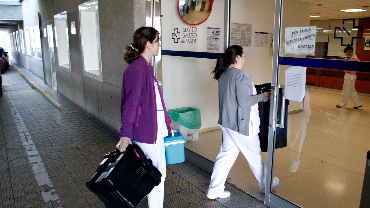 Dos trabajadores sanitarios del Juan Cardona preparándose antes de entrar en una habitación de la planta de aislados