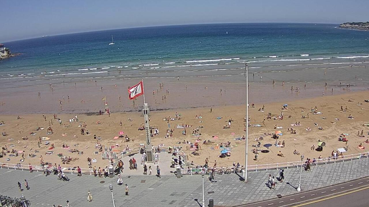 Tráfico, carreteras, señal.La playa de San Lorenzo, en Gijón, este mediodía captada por una cámara de vigilancia