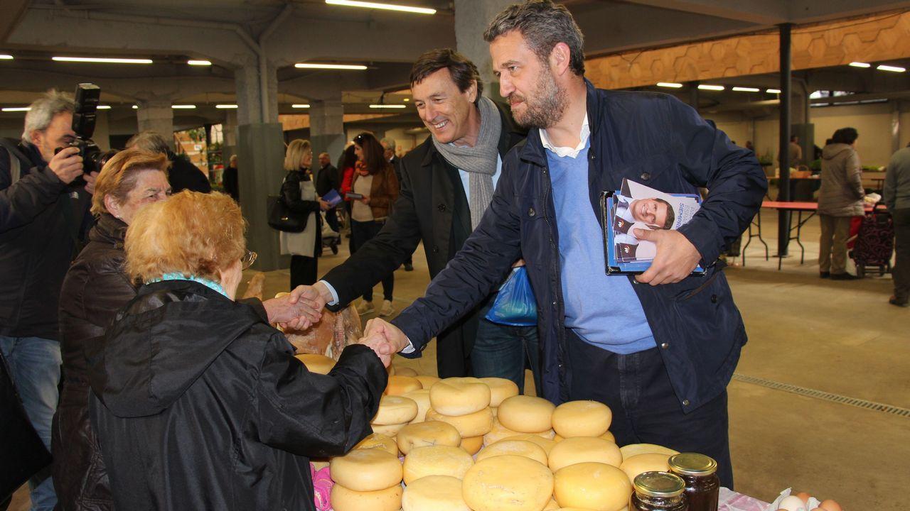 García Leira, de 85 años, en la gestoría familiar que fundó en Vilalba