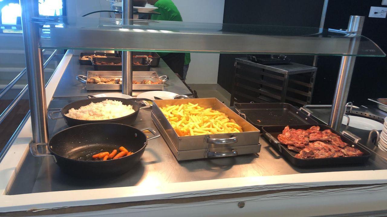 En el Hospital Álvaro Cunqueiro de Vigo hay una amplia oferta de productos saludables. Pero también carne roja y patatas todos los días