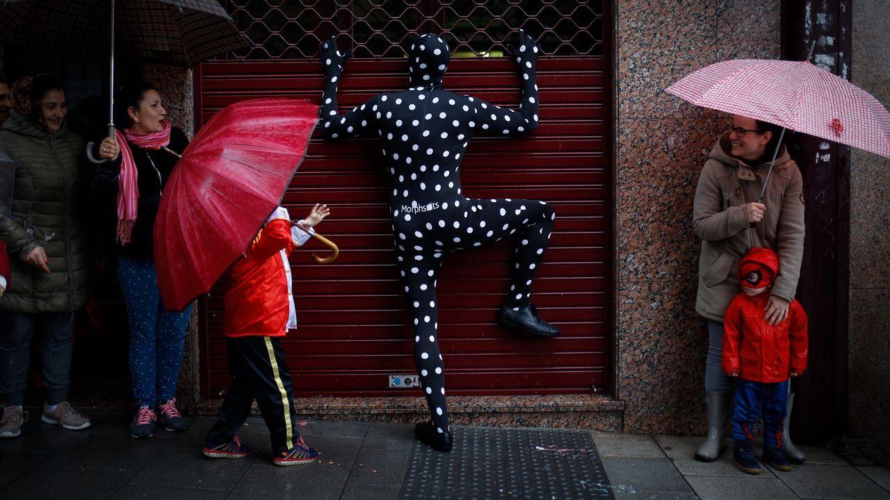 Entroido bajo la lluvia en la calle de A Torre en A Coruña