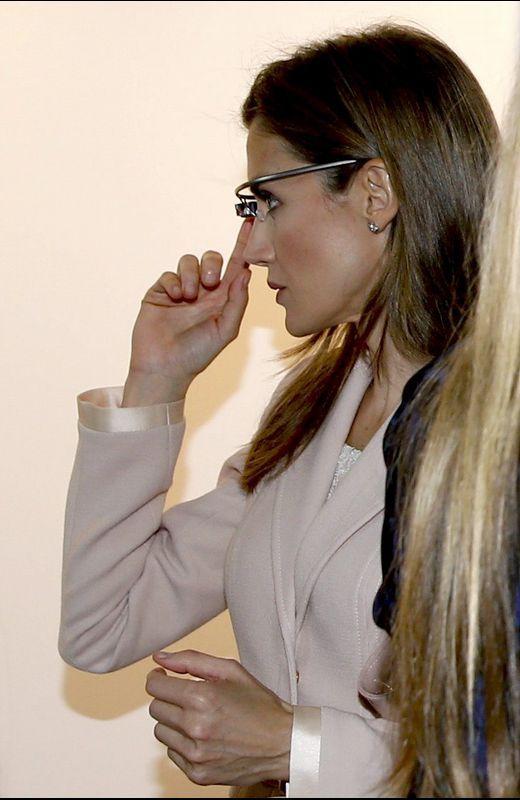 La reina Letizia, probando las gafas de Google.