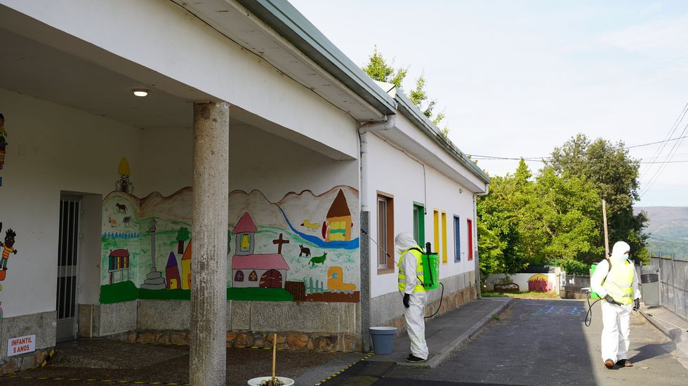 Desinfección del colegio de Vilatuxe, en Lalín, tras detectarse el lunes un positivo en la cuidadora que atiende una de las rutas del autobús