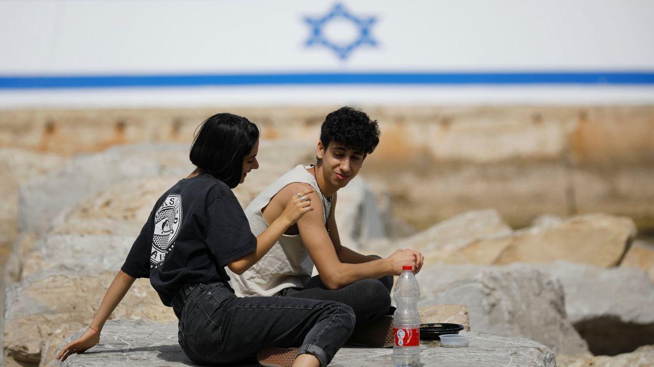 Jóvenes sin mascarilla, en Jaffa, Israel