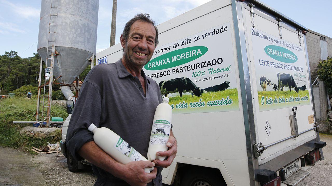 José Francisco Rial vendía la leche de sus vacas a 20 céntimos el kilo cuando decidió con su hijo José Manuel que había que dar una vuelta a la vida que llevaban. Apostaron por cerrar completamente el ciclo de la leche y con eso han conseguido salir adelante, eso sí, con mucho trabajo, puesto que la inversión que han tenido que realizar es importante, al igual que los trámites sanitarios
