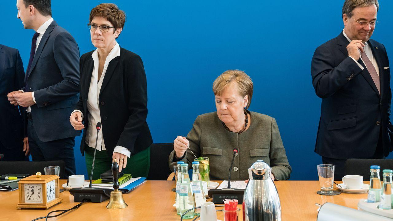 Un hombre viendo el discurso de Angela Merkel con motivo de la pandemia