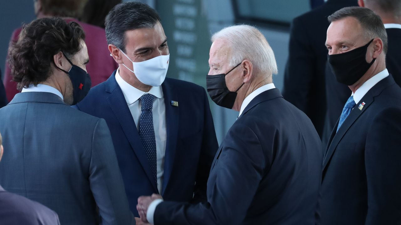 El presidente del Gobierno, Pedro Sánchez, y el secretario general de la OTAN, Jens Stoltenberg, durante la rueda de prensa conjunta ofrecida el pasado lunes en el marco de la cumbre de la OTAN