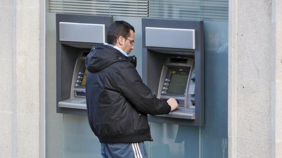 Santander y BBVA cobrarán dos euros a los no clientes.