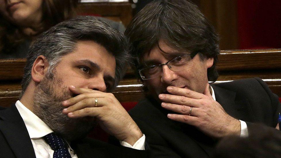 El candidato de JxS a la Presidencia de la Generalitat, Carles Puigdemont, conversa con su compañero de coalición Albert Batet