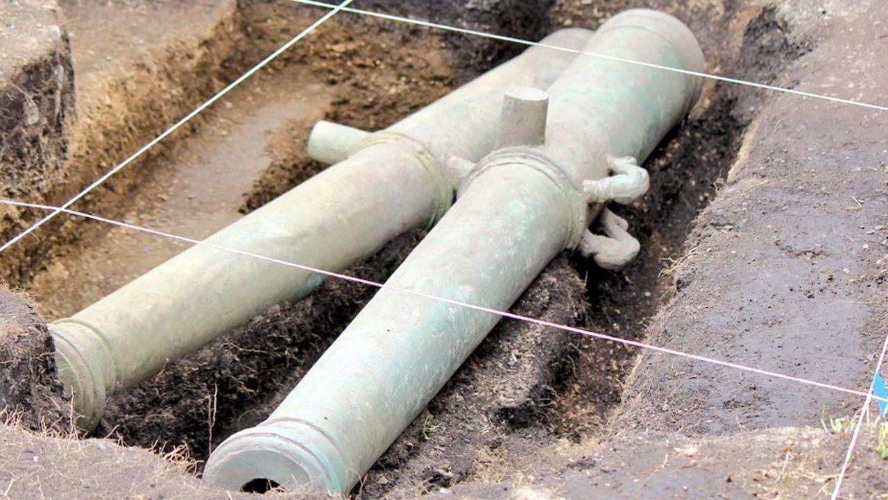 Las dos piezas de artillería encontradas en la ciudad Rey Don Felipe pesan unos cuatrocientos kilos y miden aproxidamente dos metros