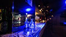 La barra de una pub con gel hidroalcohólico