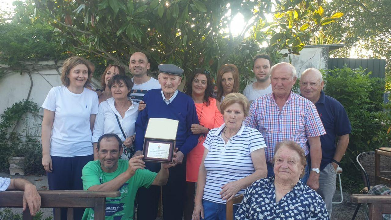 Felipe VI entrega los despachos en la Escuela Naval de Marín