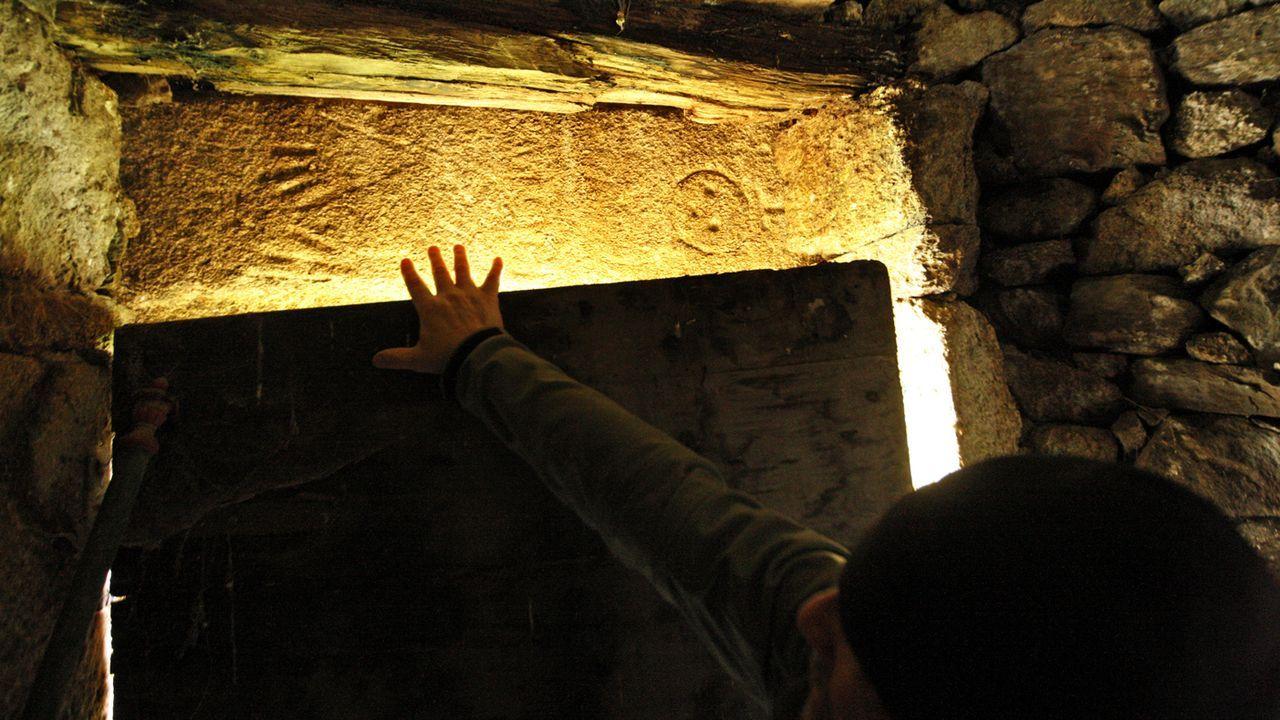 La piedra labrada fue reaprovechada como dintel en una puerta de una vieja construcción