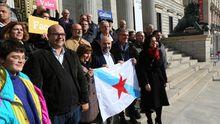 Néstor Rego, aferrado a la bandera gallega, rodeado de simpatizantes del Bloque ante la puerta del Congreso
