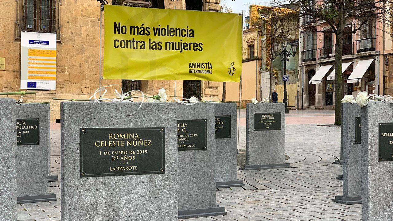 Comisaría de la Policía Nacional en Gijón.Cementerio efímero instalado en la plaza de Porlier en Oviedo con lápidas que recogen los nombres de las mujeres y niños que han sido víctimas de la violencia de género en España en 2019