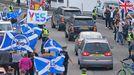 Independentistas escoceses se manifiestan durante una visita de Boris Johnson a Aberdeen