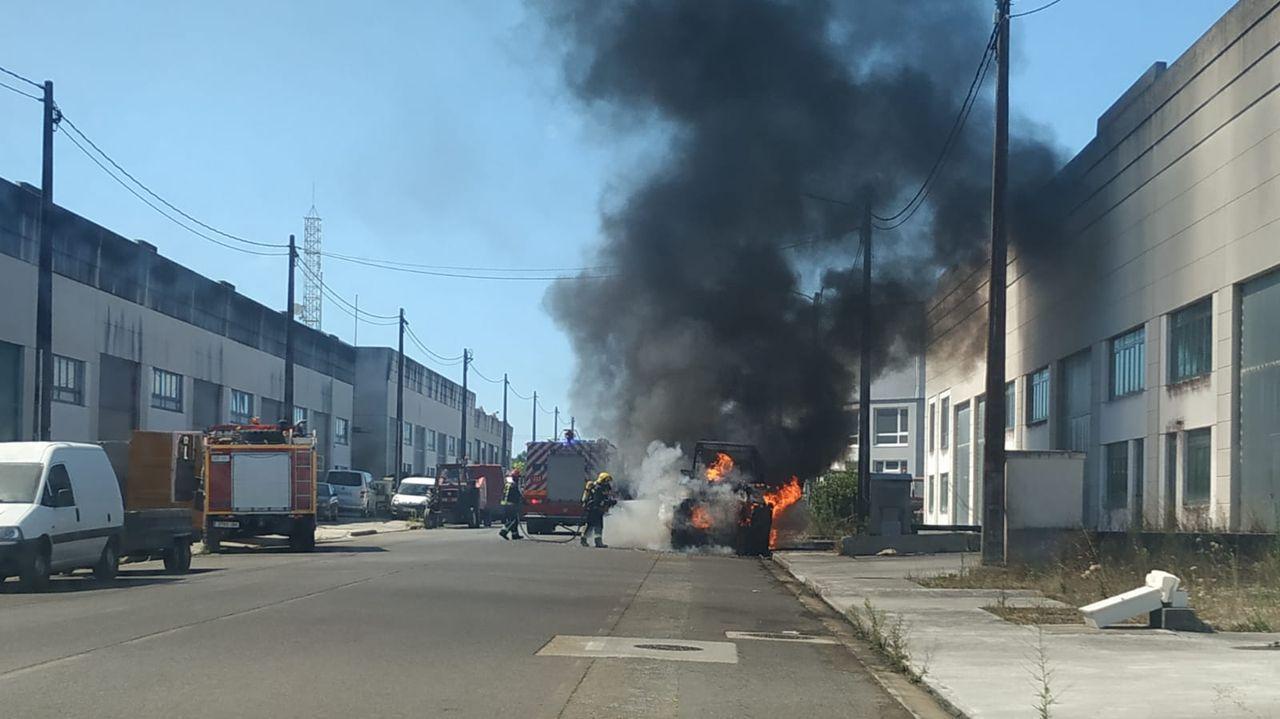 El incendio causó una densa humareda en el polígono