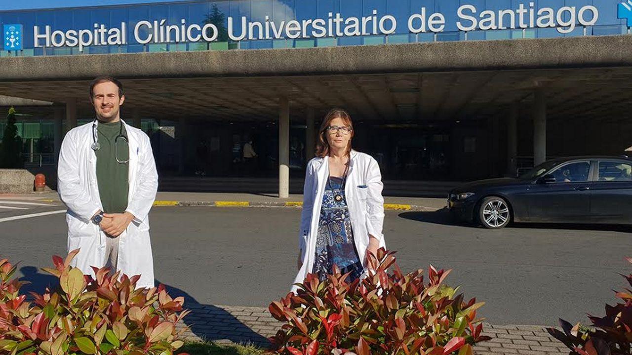 Adrián Mosquera y Sonia González frente al CHUS.