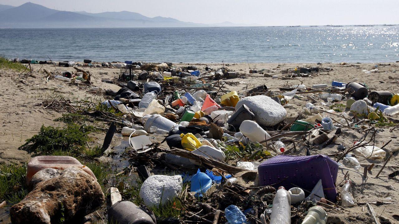 Playa, de Muros, llena de basura y plasticos, en una imagen del 2014