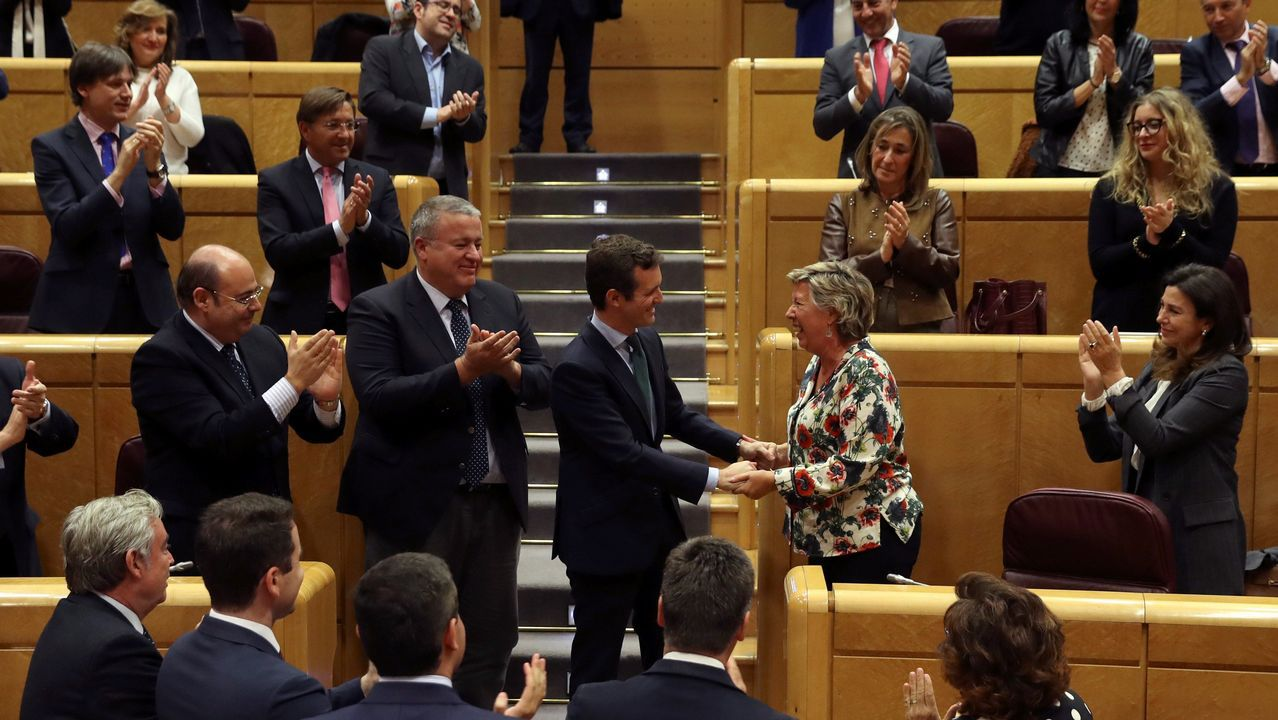 Casado saluda a la senadora Pilar Barreiro, que se incorporó al grupo del PP en la Cámara Alta tras el archivo de su causa como investigada en la Púnica