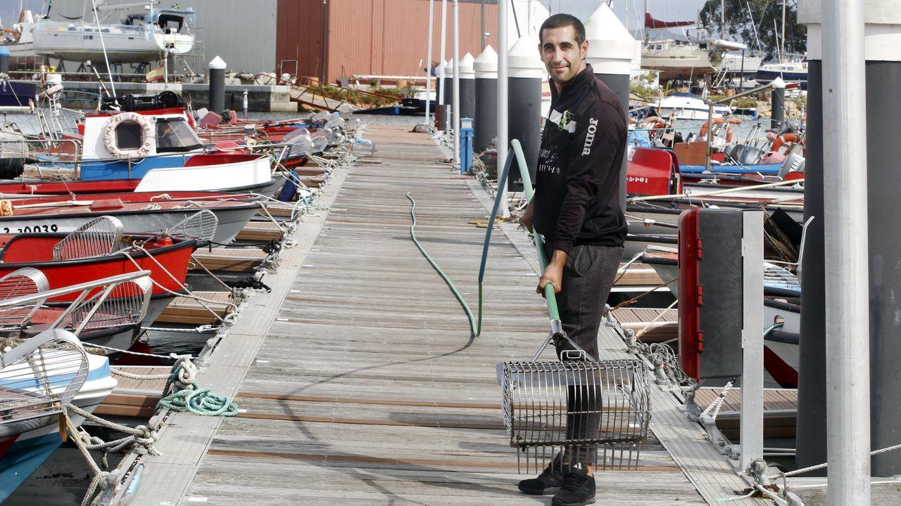 Dani, un rañeiro de A Illa monta un raño de unos 30 metros con el que trabaja desde su lancha en Sálvora