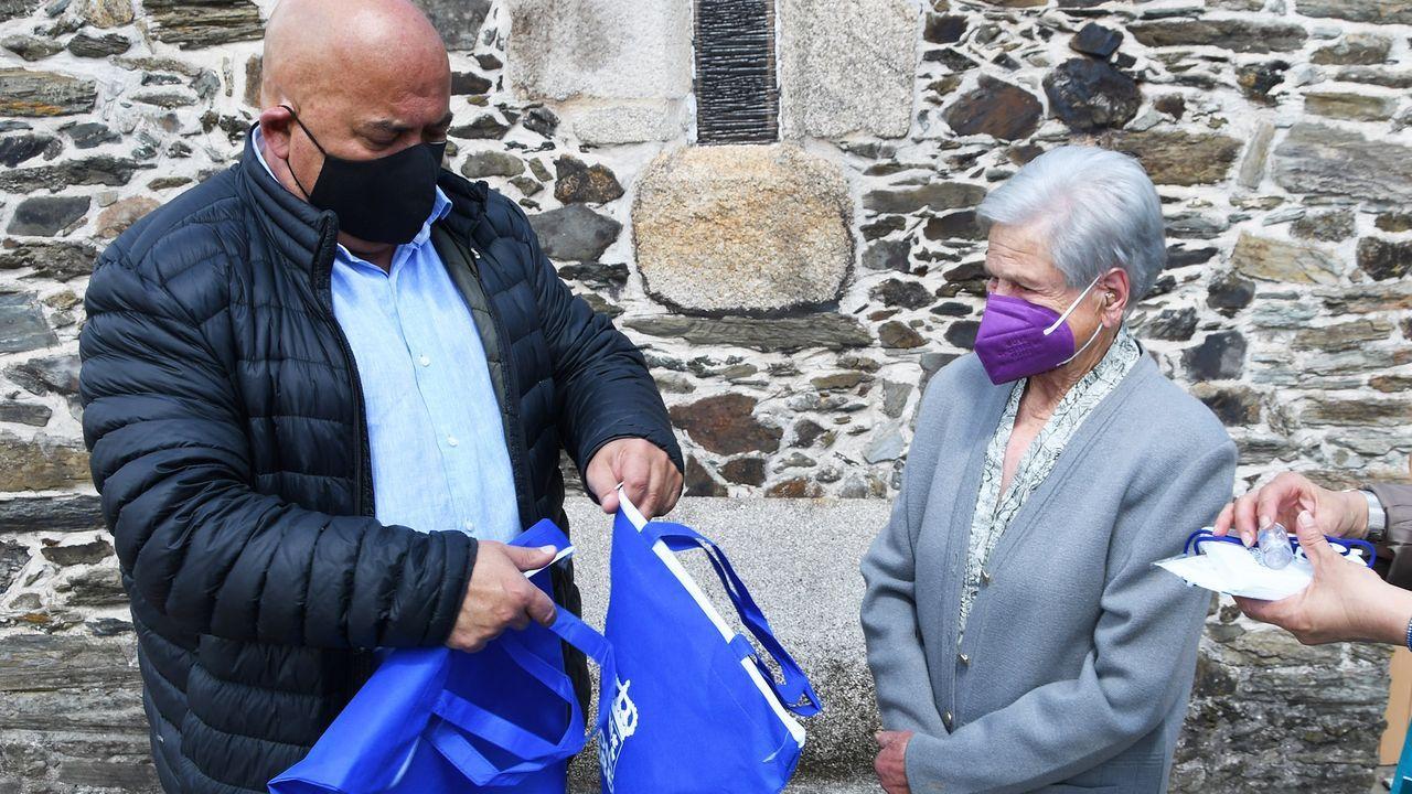 Dolores Suárez, vecina de Abegondo de 99 años, recibió del alcalde, Santiso Miramontes, un pack anticovid