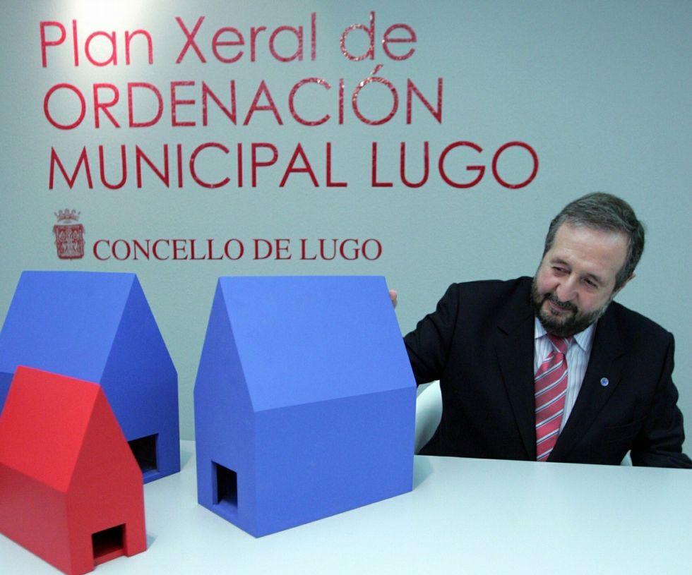 Orozco, en febrero del 2006, explicando el PXOM.