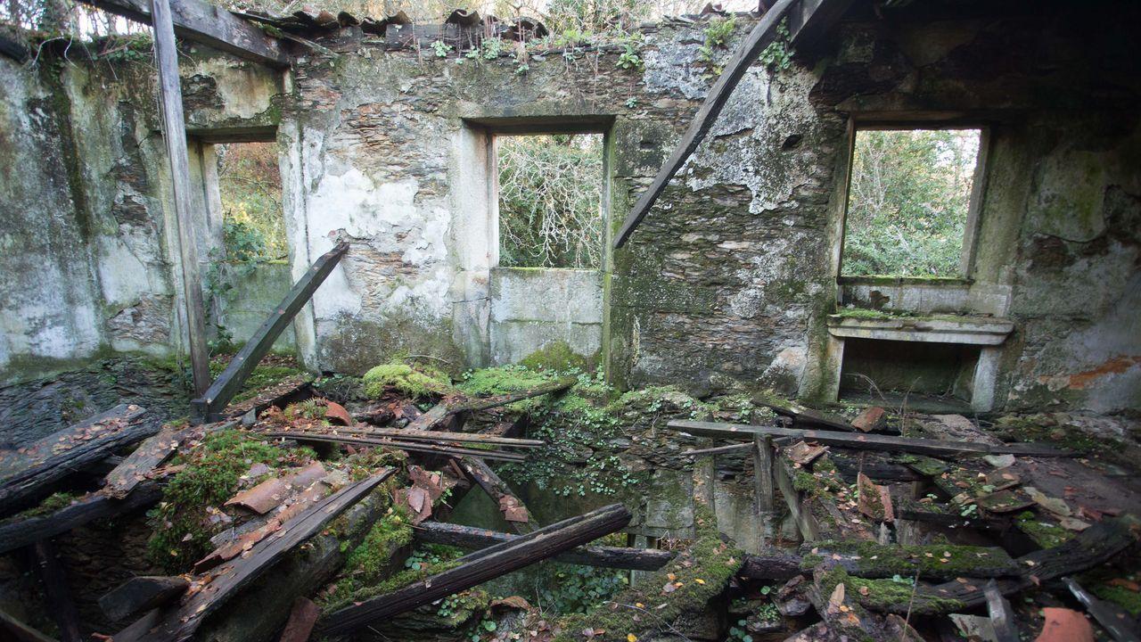 Un tesoro del siglo XIX en ruinas.Numerosas zonas de la provincia -en la imagen, Canabal, en Sober- quedaron anegadas por el temporal