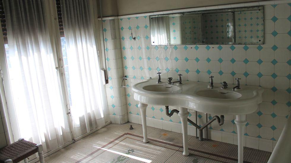 Otra perspectiva del baño catalogado en la Casa Paquet